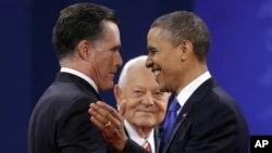 El moderador Bob Schieffer, al centro, observa a los candidatos Mitt Romney y Barack Obama saludarse al comienzo del debate.