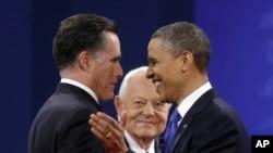 Mtangazaji Bob Schieffer akiwaangalia wagombea urais wa Marekani Gavana Mitt Romney na rais Barack Obama baada ya mdahalo.
