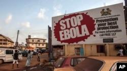 """Une affiche """"Stop Ebola"""" à Freetown, Sierra Leone, le 15 janvier 2016. (AP Photo/Aurelie Marrier d'Unienville)"""
