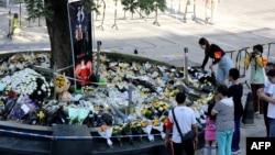 安徽安慶市迎江區一名男子持刀在商業步行街上砍殺路人,造成6人死亡、14人受傷,市民案發地點獻花悼念遇難者。 (2021年6月6日)