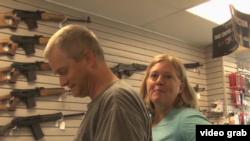 布魯斯和琳達夫妻倆來買槍