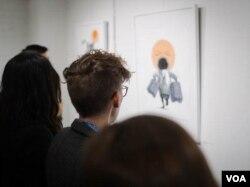 송벽 화가의 작품을 감상하고 있는 관람객들.