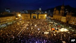 Warga berkumpul di lapangan Bolivar dalam aksi unjuk rasa damai di Bogota, Kolombia, (12/10).