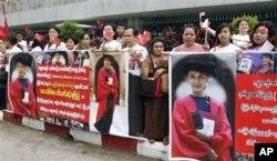 Para pendukung Suu Kyi berderet menyambut kedatangannya di bandara Internasional Burma di Yangon (Rangun), Burma (30/6).