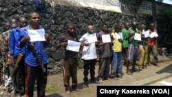 Des hommes accusés de faire partie d'un groupe armé à Goma, RDC, le 1er août 2016. (VOA/Charly Kasereka)