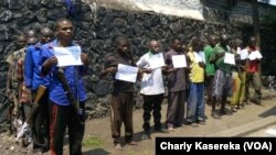 Des membres présumés de groupes armés présentés à la presse à Goma, le 1er août 2016. (VOA/Charly Kasereka)