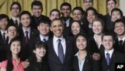 40位参加科学竞赛决赛的学生和奥巴马总统在白宫