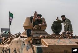Pejuang oposisi Suriah yang didukung Turki di Akcakale, provinsi Sanliurfa, Turki tenggara, Jumat, 18 Oktober 2019. (Foto: AP)