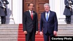 Presiden Jokow Widodo (kiri) dalam pertemuan dengan Presiden Jerman, Joachim Gauck di Berlin, Senin 18/4 (courtesy: Biro Setpres RI).