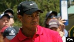 Pegolf nomor satu dunia Tiger Woods harus melepaskan gelarnya hari Senin depan kepada pegolf Jerman Martin Kaymer atau pegolf Inggris Lee Westwood.