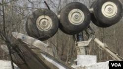 Puing-puing pesawat Tupolev Tu-134 yang jatuh di jalan raya sebelum mendarat, Senin malam (20/6).