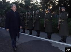 Ministar odbrane Turske Hulusi Akar tokom smotre počasne garde nakon dolaska na sastanak sa komandantima vojnih jedinica na sirijskog granici u Sanliurfu, južna Turska, 11. januara 2019.