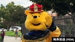 """""""权利关注""""网站负责人王维装扮成小熊维尼和皇帝的合体,称做在中国不能做的事感觉不错。"""
