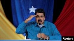 """Prezidan Maduro pandan li tap prezante yon pwogram ki pase nan televizyon chak dimanch nan Caracas e ki rele: """"Los Domingos con Maduro"""" = """"Dimanch avèk Maduro"""". (Dat Foto a: 30 avril 2017, nan Palè Miraflores/REUTERS)."""