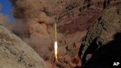 이란 정부가 지난해 3월 카드르H 장거리 탄도미사일 시험발사 장면을 공개했다.