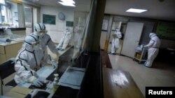 中國湖北武漢市一所醫院內穿著防護裝束的醫護人員(資料照片)
