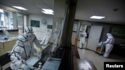 中国湖北武汉市一所医院内穿着防护装束的医护人员(资料照片)