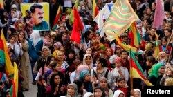 အက်ဥ္းက်ခံေနရသူ ကာ့ဒ္ အလုပ္သမားပါတီေခါင္းေဆာင္ Abdullah Ocalan ရဲ႕ဓာတ္ပံုကို ကိုင္ေဆာင္ ဆႏၵျပေနသူမ်ား။