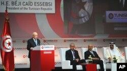 """Le président tunisien Beji Caid Essebsi (debout) prononce son discours lors de la cérémonie d'ouverture de la conférence internationale sur l'investissement """"Tunisie 2020"""", à Tunis, Tunisie, le 29 novembre 2016. (AP Photo/Hassene Dridi)"""