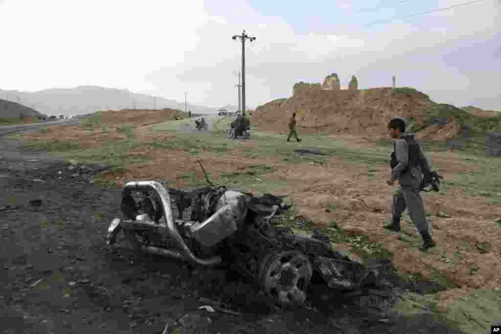 아프가니스탄 수도 카불의 바그람 미군 공군기지 인근에서 자살폭탄 공격이 발생한 가운데 아프간 보안군이 사고현장을 살피고 있다.