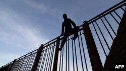 Un Marocain gravit les barrières de l'enclave espagnole à Melilla, le 21 octobre 2018.