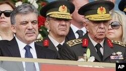 Tensão. Primeiro minsitro turco e o demissionario chefe de estado maior das forças armadas