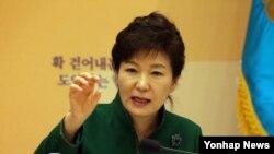 박근혜 한국 대통령이 20일 청와대 영빈관에서 열린 '제1차 규제개혁 장관회의 및 민관합동 규제개혁 점검회의'에서 7시간 여의 토론을 마친뒤 마무리 발언을 하고 있다.
