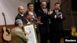 """En febrero de 2015, el presidente cubano Raúl Castro los reconoció como """"Héroes de la República""""."""