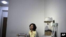 ຮູບຂອງນາງ Ni Yulan ນັກເຄຶ່ອນໄຫວພິການຊາວຈີນນັ່ງຢູ່ຕຽງໃນໂຮງແຮມແຫ່ງນຶ່ງ ໃນນະຄອນປັກກິ່ງ ໃນວັນທີ 30 ມີຖຸນາ, 2010