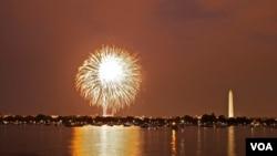 Acara tahunan peringatan hari kemerdekaan AS di Washington DC dimeriahkan dengan perayaan kembang api (foto: dok).