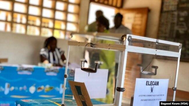 Urne électorale dans un bureau de vote de l'école publique primaire d'Efoulan, Yaoundé, troisième arrondissement, le 7 octobre 2018. (VOA/ Bagassi Koura)