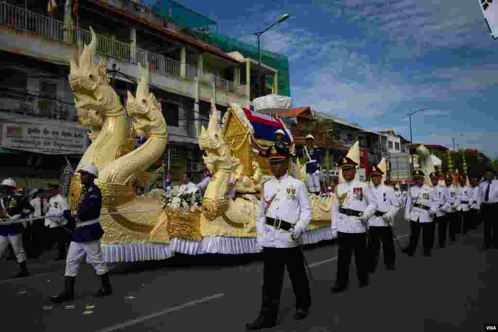 The procession of Chea Sim's funeral, former president of Cambodian People's Party and the Senate on June 19, 2015. (Nov Povleakhena/VOA Khmer)