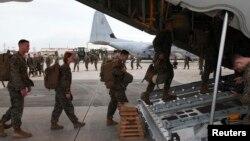일본 오키나와의 미 공군기지에서 해병대원들이 항공기에 오르고 있다. (자료사진)