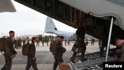 美国海军陆战队军人在日本的美军基地登上运输机(2013年)