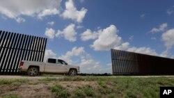 """El presidente Donald Trump dijo que hablar de un """"muro solar"""" no es una broma y que sería una buena opción."""