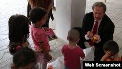 ABŞ səfiri Robert Sekuta uşaqlarla birlikdə