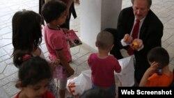 ABŞ səfiri Robert Sekuta uşaqlarla birlikdə Amerika səfirliyi uşaqlara yardım edib
