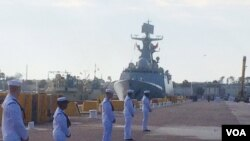 中國海軍益陽號導彈護衛艦靠岸美國海軍美波特港( 美國之音方冰拍攝)