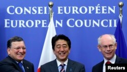 유럽을 순방중인 아베 신조 일본 총리(가운데)가 7일 벨기에 브뤼셀에서 유럽연합 수뇌부와 만나 경제동반자협정을 조속히 체결하기로 합의했습니다.