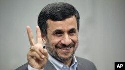 10月13号伊朗总统艾哈迈迪内贾德向媒体做胜利手势