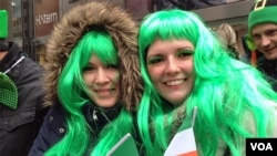 These two girls were cold but happy at New York's Saint Patrick's Day Parade, March 17, 2014. (VOA Photo by Adam Phillips)