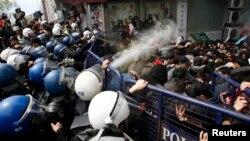 برخورد نیروهای پلیس با راهپیمایی روز جهانی کارگر در استانبول – ۱۱ اردیبهشت ۱۳۹۳