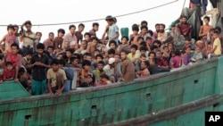 Di dân ngồi trên thuyền chờ được giải cứu ngoài khơi Đông Aceh, Indonesia, ngày 20/5/2015.