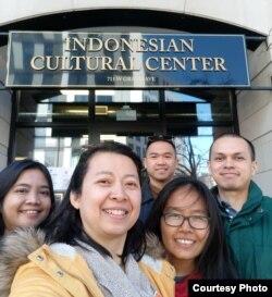 Beberapa pemilih pemula menyalurkan suara mereka di TPS Indonesian Cultural Center, Chicago. AS.