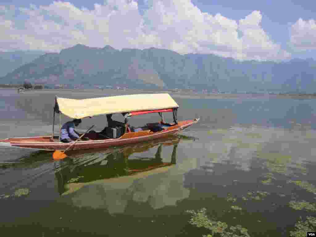 A boat on Dal Lake in Srinagar, Indian Kashmir. (Aru Pande/VOA)