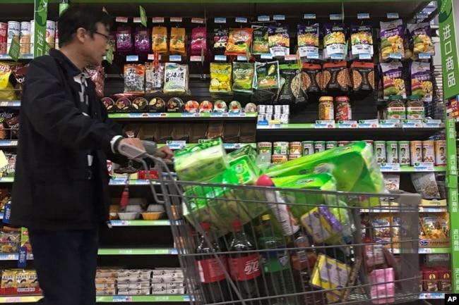2018年4月2日,在北京一家超市,一名男子走過美國和其他國家進口的堅果。