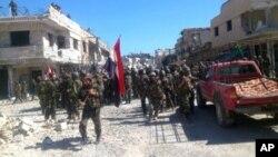 Foto yang dikeluarkan oleh kantor berita SANA, memperlihatkan tentara Suriah di Qusair, Provinsi Homs, Suriah (5/6).