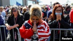 Pristalice predsednika Trampa mole se za njegov oporavak na skupu na Steten Ajlendu, u subotu 3. oktobra 2020.