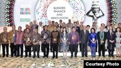 """Presiden Joko Widodo berpose bersama peserta """"Bali Fintech"""" salah satu acara di sela-sela pertemuan tahunan IMF-Bank Dunia di Badung, Bali, 11 Oktober 2018. (Foto courtesy: Setpres RI.)."""