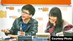 黄之锋和周庭参加电台节目(苹果日报图片)